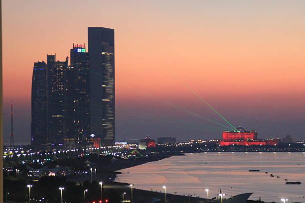 Rot Sonnenuntergang in Abu Dhabi, Vereinigte Arabische Emirate – Foto