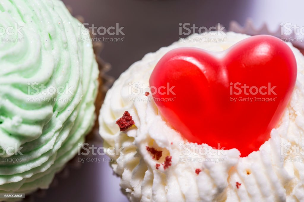 Red sweet heart on the top of a muffin foto de stock royalty-free