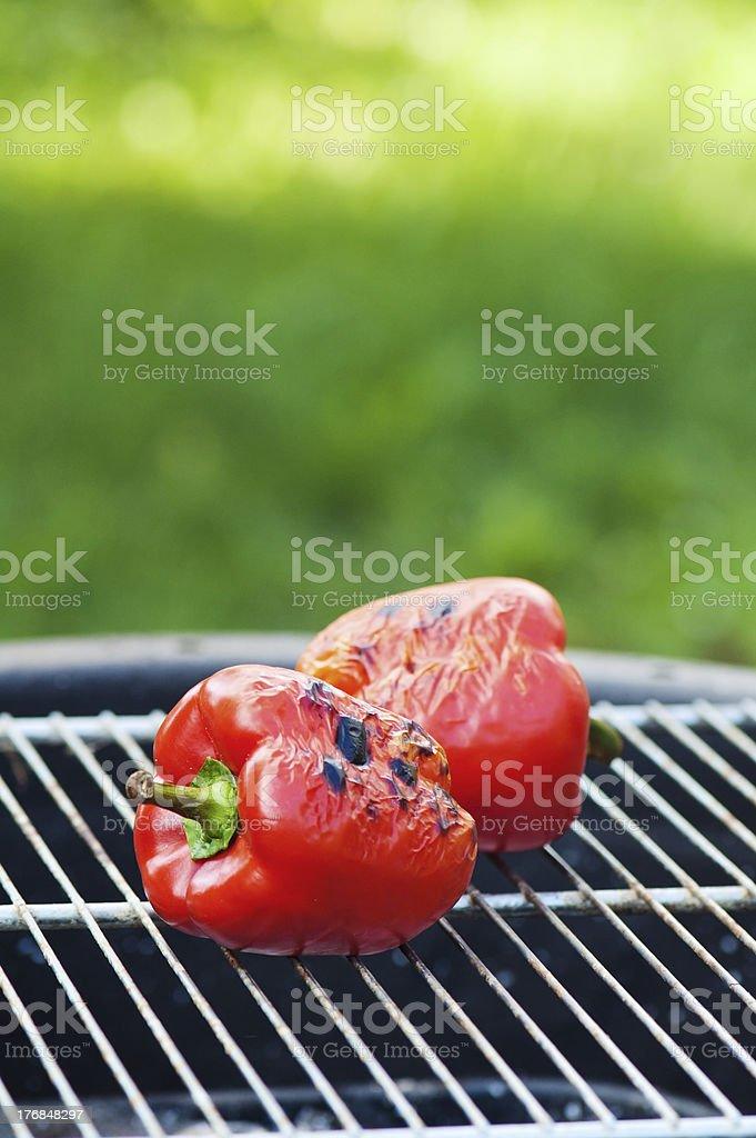 Rote süßem Pfeffer gebraten auf einem grill ist – Foto