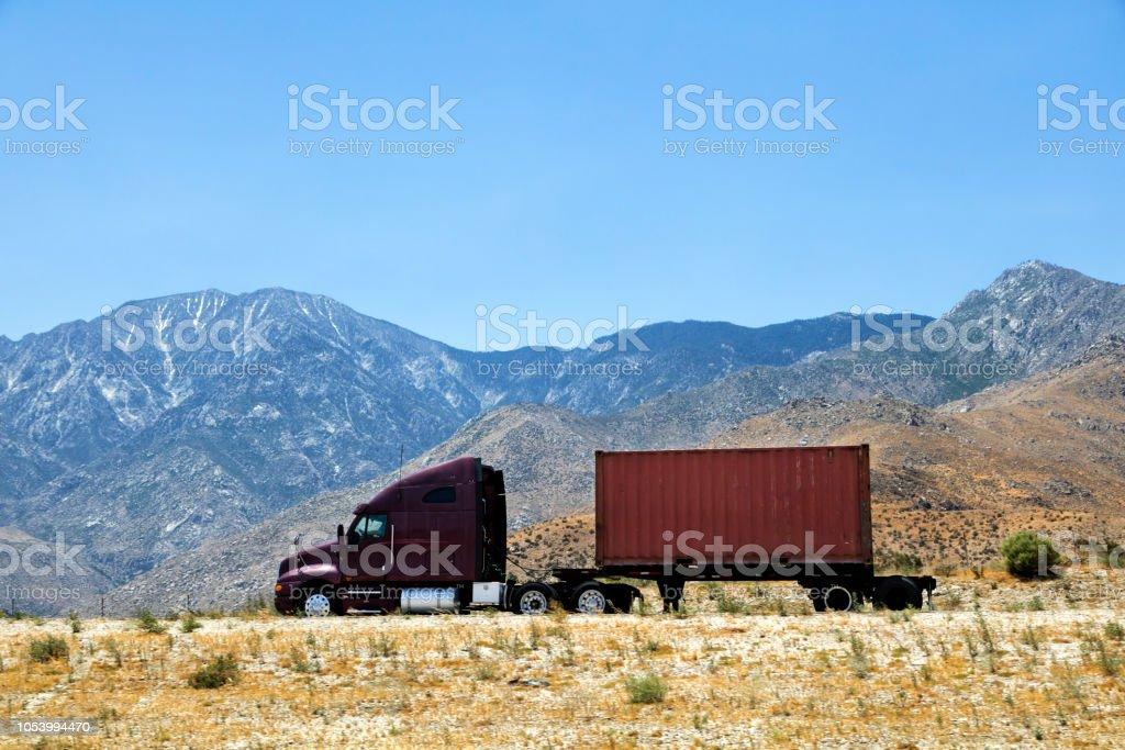 Roten Tanker-LKW auf der Autobahn, Nevada, USA – Foto
