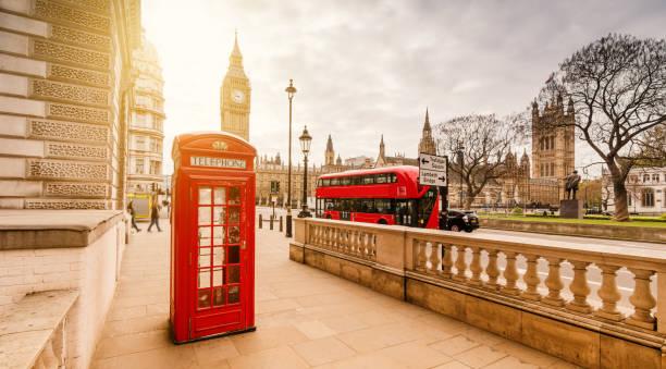 rote telefonzelle in london - england stock-fotos und bilder