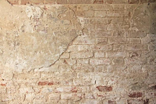 Rojo, terracota y ladrillo blanco fondo. Antiguo muro de ladrillos rojos y blanco rebuznó y había agrietado la pintura vieja. - foto de stock