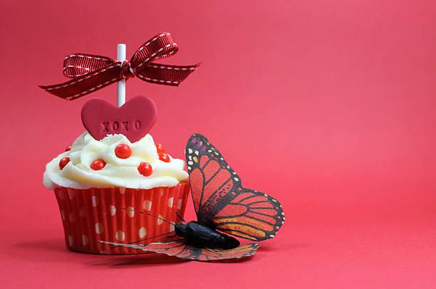rot cupcake mit liebe herz und schmetterling - brautparty kuchen stock-fotos und bilder