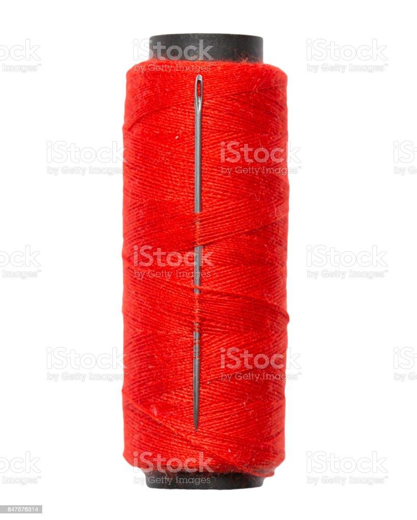 fio vermelho com uma agulha em um fundo branco. macro - foto de acervo