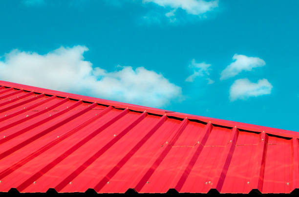 rotes ziegeldach mit blauem himmel und wolken-hintergrund - dachschräge einrichten stock-fotos und bilder