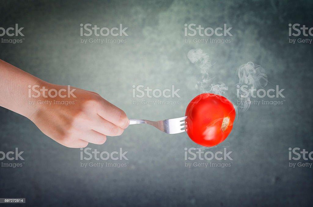 Rouge tomate sur une fourchette. photo libre de droits