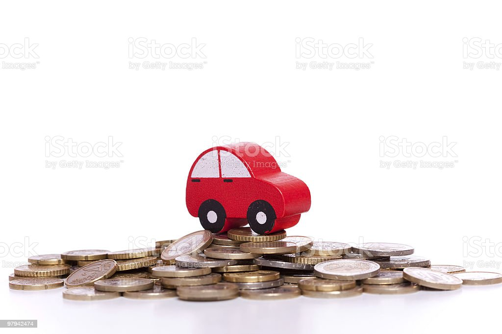 Roten Spielzeugauto auf Haufen von goldenen Münzen – Foto