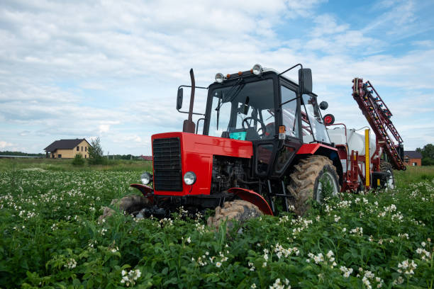 roter Tracktor Sprayer im Feld – Foto