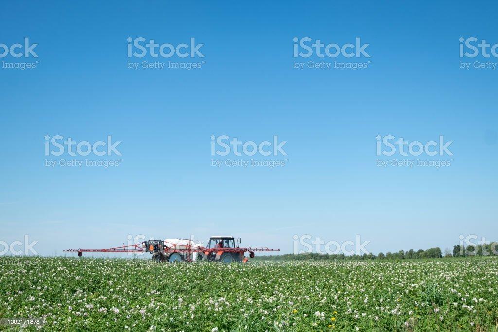 roter Traktor Sprayer im Feld – Foto