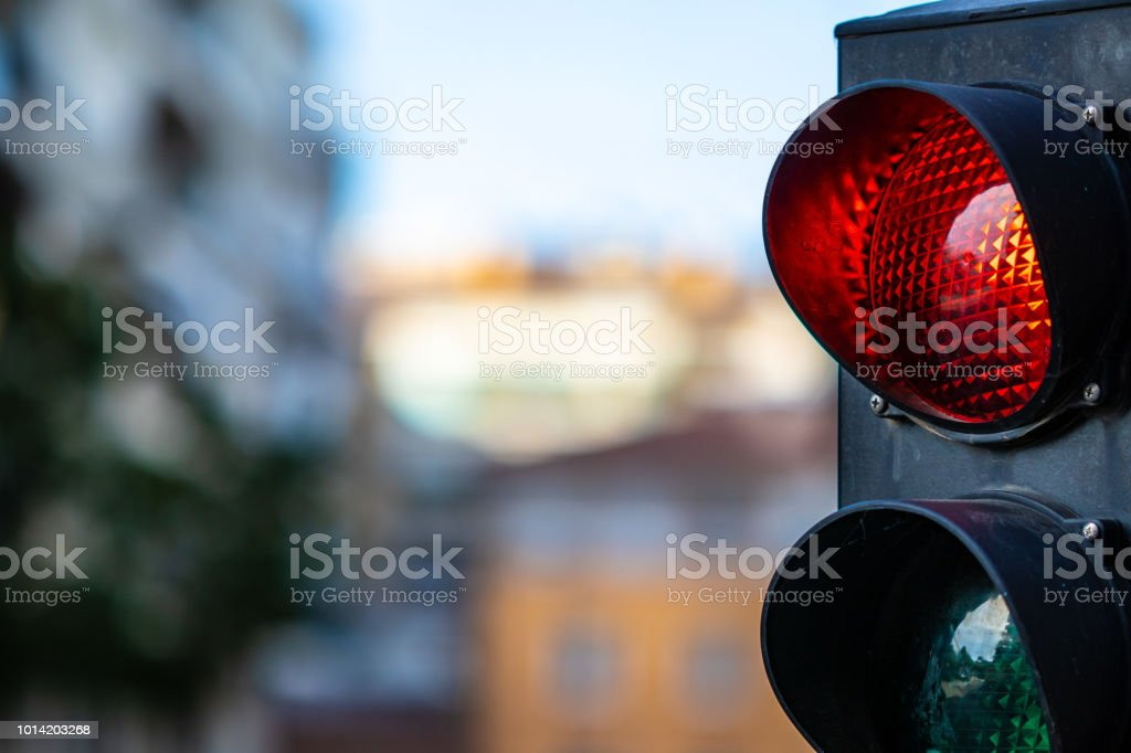 Semáforo en rojo de cerca en un paisaje urbano - foto de stock