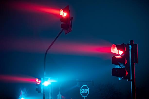 feu rouge dans le brouillard - voiture nuit photos et images de collection