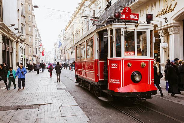 tram rosso in strada istiklal street - linea tranviaria foto e immagini stock