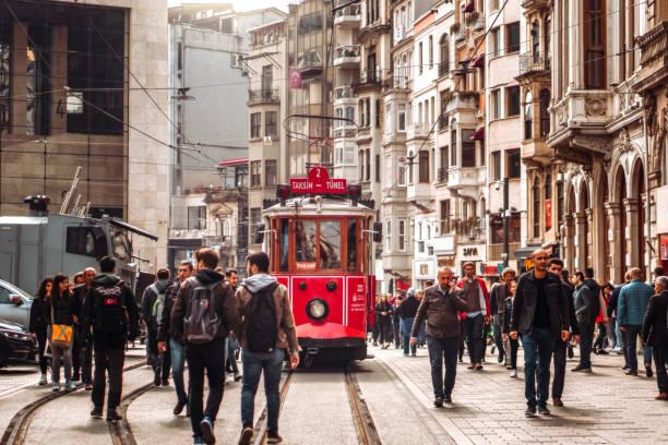 red tram på trångt istiklal avenue i taksim, istanbul - istiklal avenue bildbanksfoton och bilder