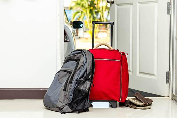 red reisetasche, rucksack und schuhe - gepäck verpackung stock-fotos und bilder