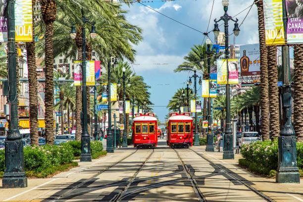 red trolley-Straßenbahn auf der Bahn in New Orleans French Quarter – Foto