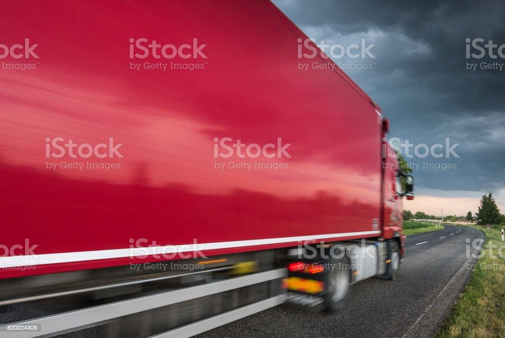 Rote LKW auf Asphaltstraße – Foto