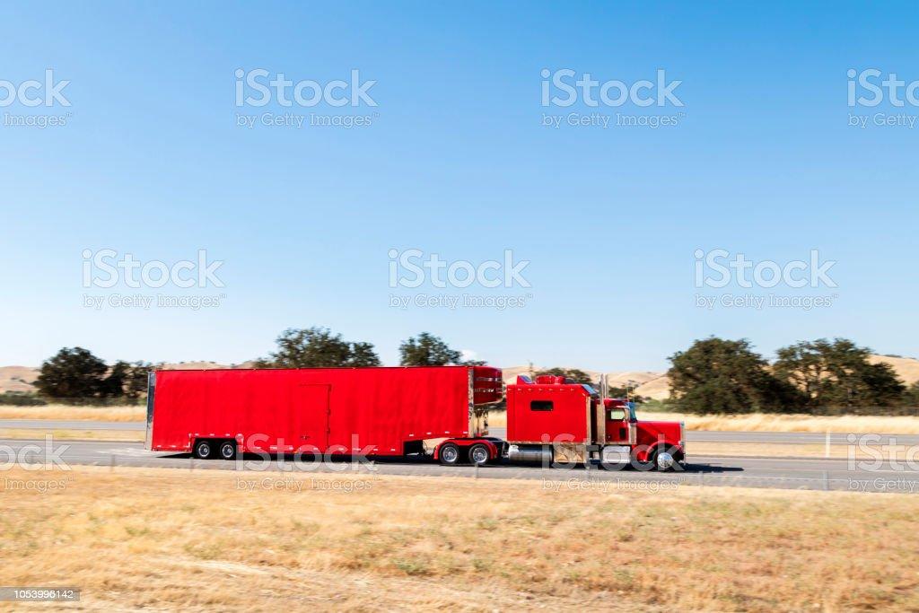 Rote LKW auf Autobahn, Kalifornien, USA – Foto