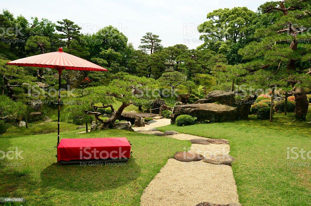 Photo libre de droit de Rouge Parapluie Et Banc De Jardin Keiunkan ...