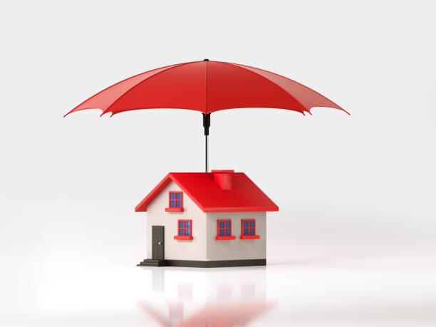 Roten Regenschirm schützt ein Spielzeug Haus auf weißem Hintergrund: Versicherungs- und Immobilien-Konzept – Foto