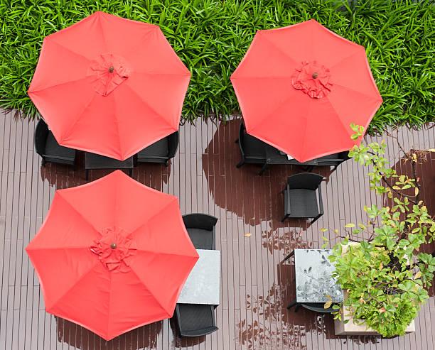 rote sonnenschirme und liegestühle - sonnenschirm terrasse stock-fotos und bilder