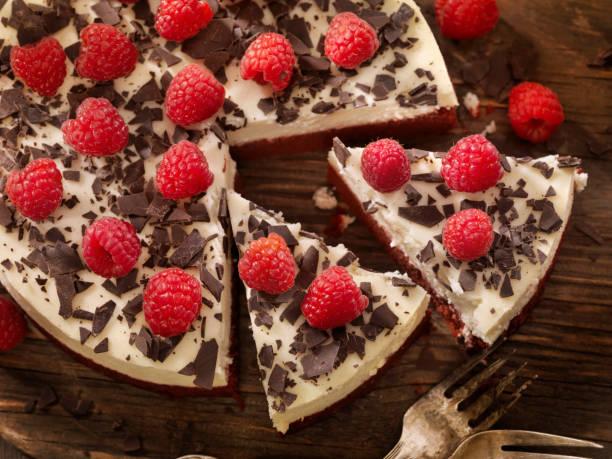 red velvet cheesecake - schokoladen käsekuchen törtchen stock-fotos und bilder
