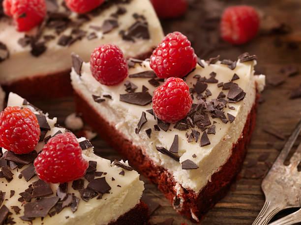 red velvet cheesecake with fresh berry's - schokoladen käsekuchen törtchen stock-fotos und bilder
