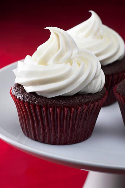 red velvet cupcakes - cupcake, zuckerguss stock-fotos und bilder