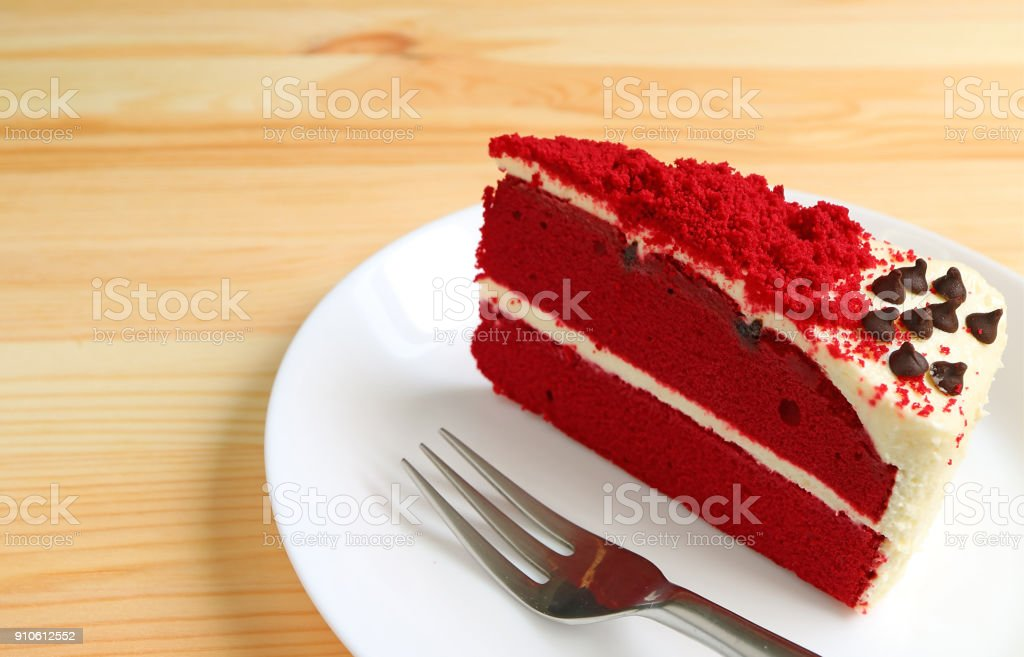 Red Velvet Shortcake with Cream Cheese Frosting on White Plate Served on Wooden Table - fotografia de stock