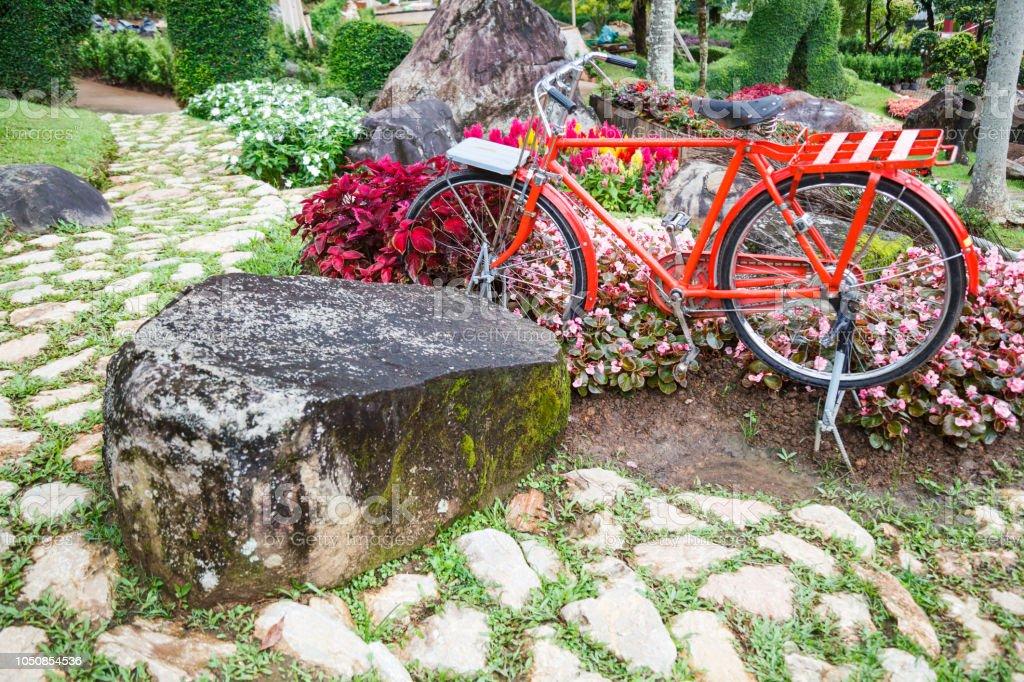 Photo libre de droit de Rouge Vintage Vélo Dans Le Parc Avec ...