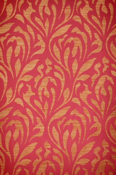 tissu vintage rouge avec décor or - damas en matière textile photos et images de collection