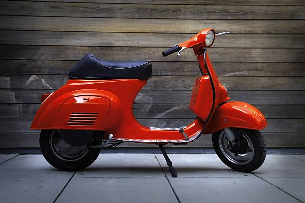 scooter rouge rétro vintage - moped photos et images de collection