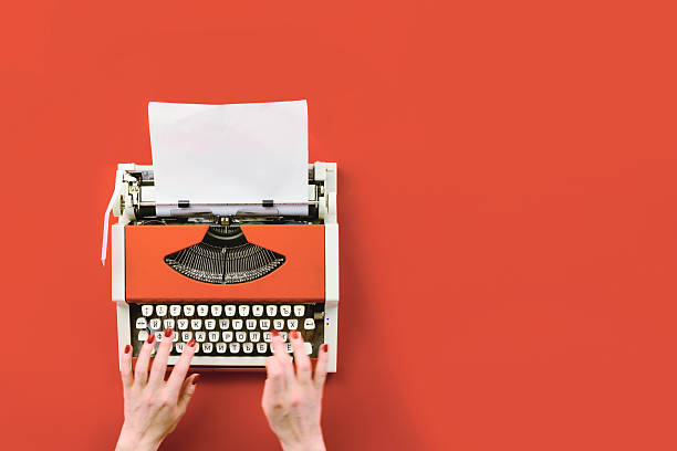 Red vintage typewriter with white blank paper sheet – Foto