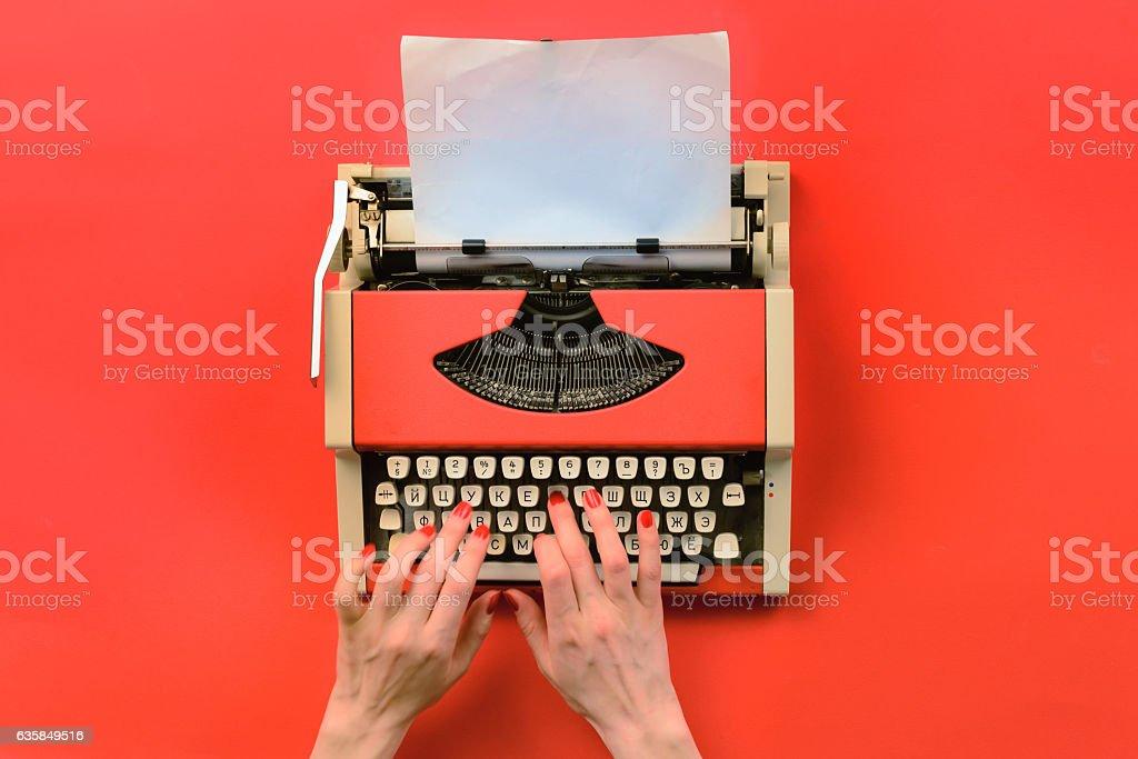 Red vintage typewriter with white blank paper sheet – Foto