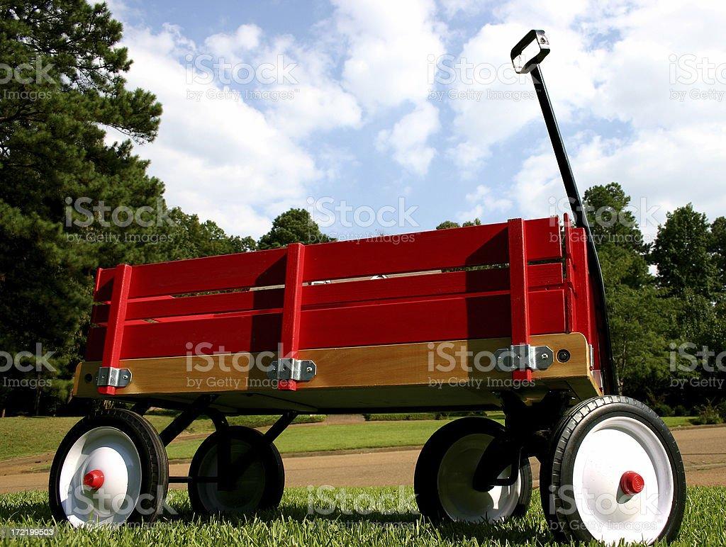 Red Wagon im Gras mit blauem Himmel – Foto