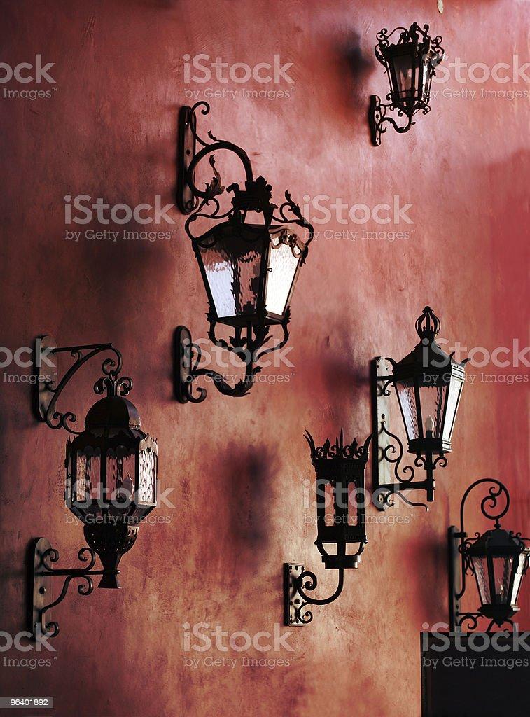 レッドの壁にランプ - カラフルのロイヤリティフリーストックフォト