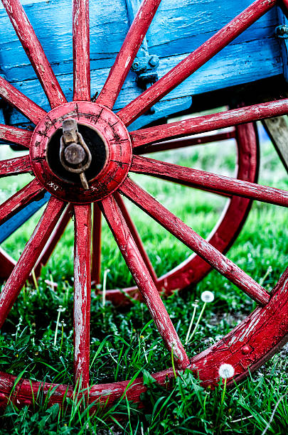 red wheel of an old wooden colored wagon foto