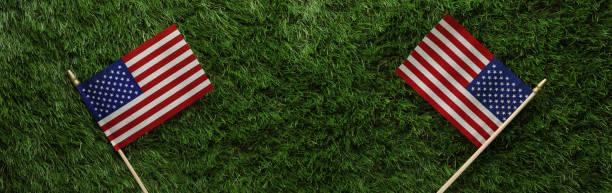bandeiras americanas vermelhas, brancas, e azuis na grama para o dia memorial ou o fundo do dia do veterano - dia do trabalho - fotografias e filmes do acervo
