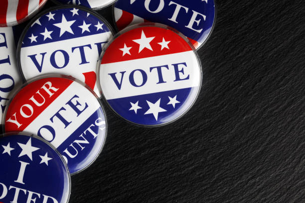 kırmızı, beyaz ve mavi oy düğmeleri arka plan - vote stok fotoğraflar ve resimler