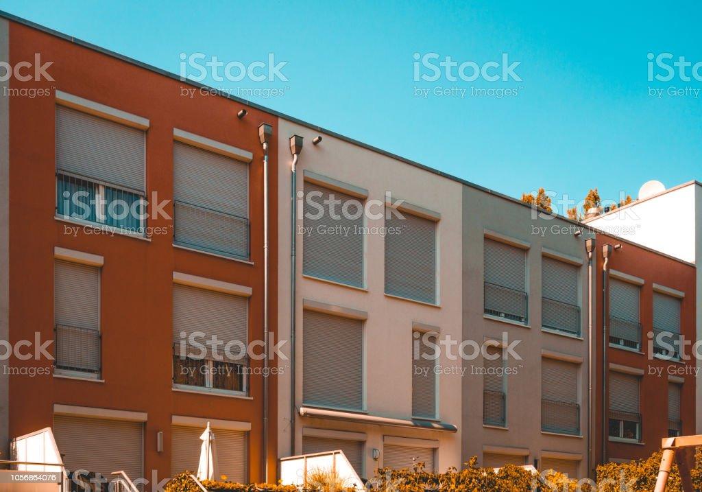 Photo libre de droit de Rouge Blanc Et Gris Coloré Maisons ...