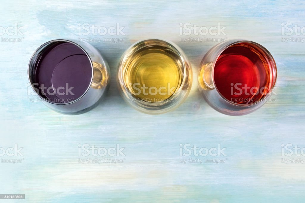 Red, white, and rose wine, overhead photo with copyspace - foto stock