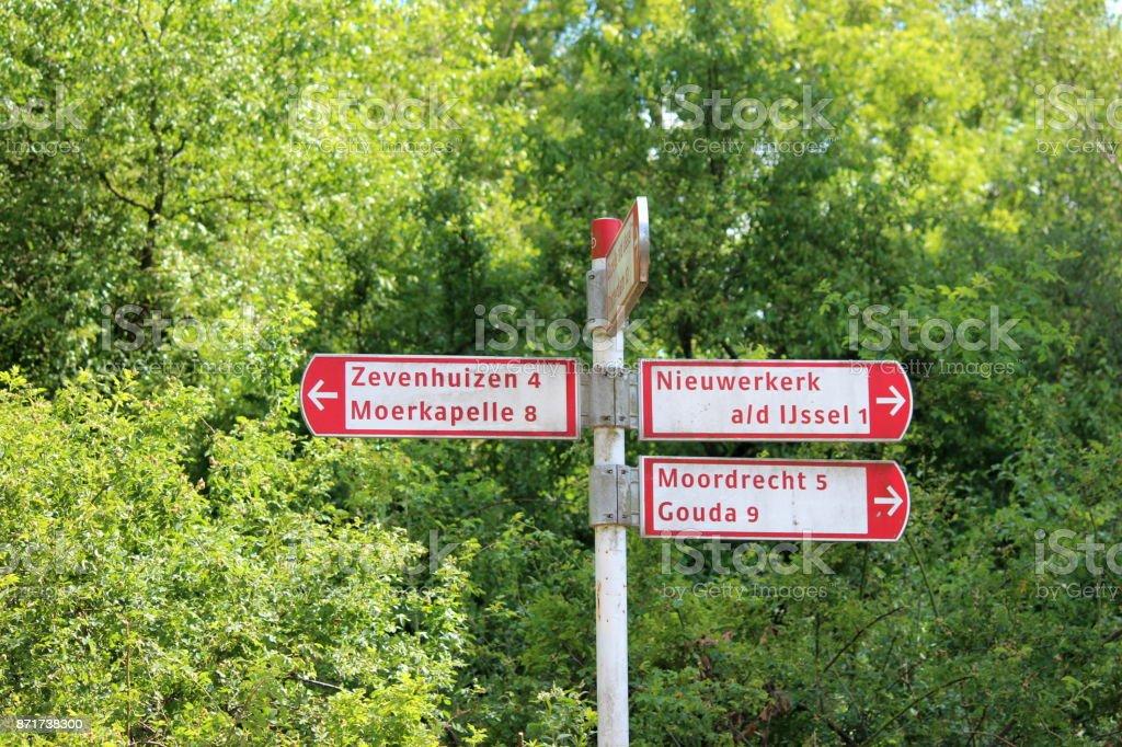 rood wit richting ondertekent in Nederland voor de fietser foto