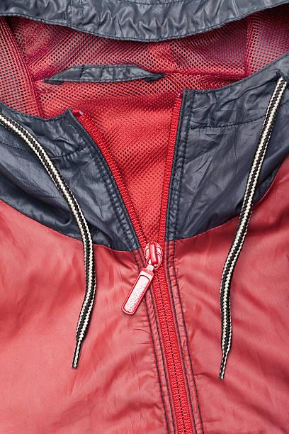 red windjacke wasserfeste jacke mit durchgehendem reißverschluss und hoodie - zip hoodies stock-fotos und bilder