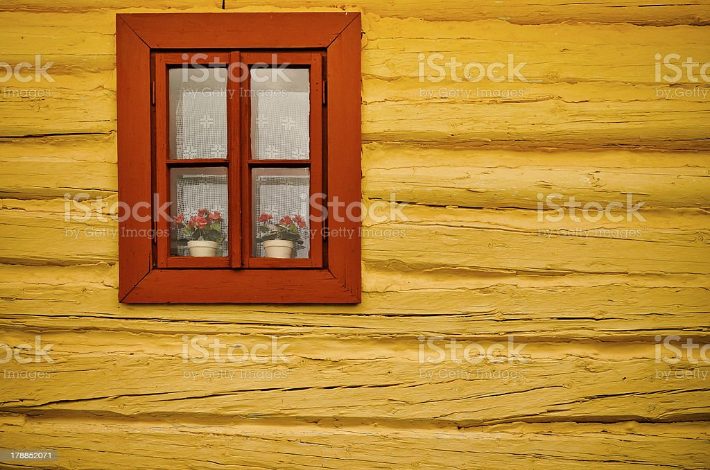 Red Fenster, gelbe Wand in old house Lizenzfreies stock-foto
