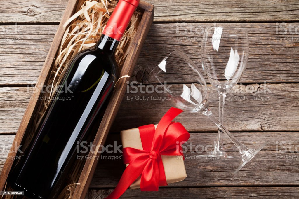 Red wine and gift box - Lizenzfrei Alkoholisches Getränk Stock-Foto