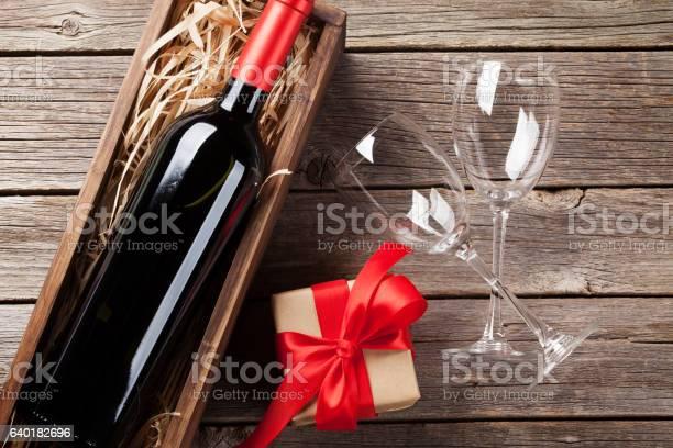 Rotwein Und Geschenkbox Stockfoto und mehr Bilder von Alkoholisches Getränk