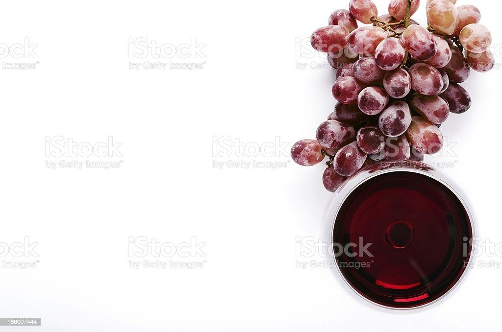 Rotwein und Trauben auf weiß über – Foto