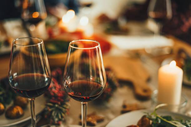 Rotwein am Weihnachtstisch – Foto