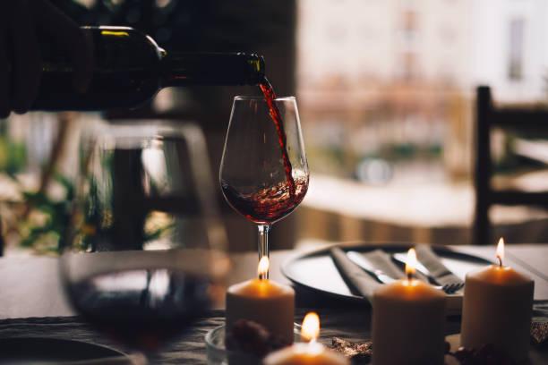 Rotwein wird ins Glas gegossen – Foto