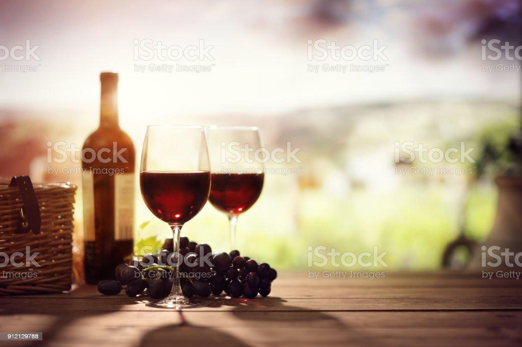 Bouteille de vin rouge et le verre sur la table dans le vignoble en toscane italie photos et - La bouteille sur la table ...