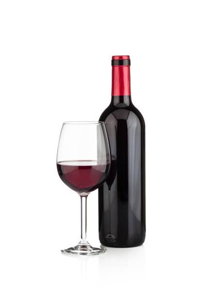 Flasche Rotwein und Weinglas erschossen auf weißem Hintergrund – Foto